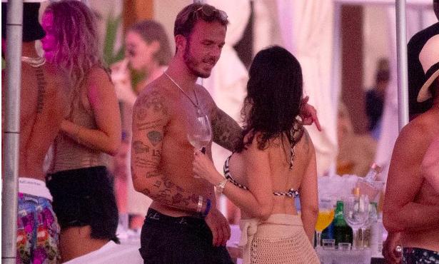 Không được dự EURO, mục tiêu của M.U & Arsenal ôm ấp cô gái sexy - Bóng Đá