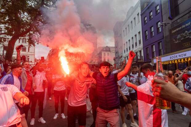 Người đẹp và pháo sáng xuất hiện trước chung kết EURO 2020 - Bóng Đá