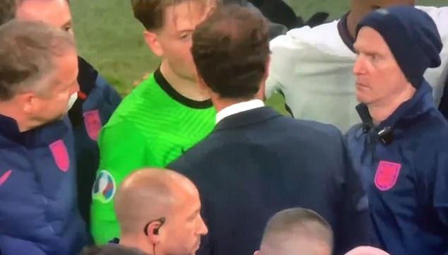 Gareth Southgate chose Jordan Pickford and Kalvin Phillips to take England's next two penalties after Bukayo Saka - Bóng Đá