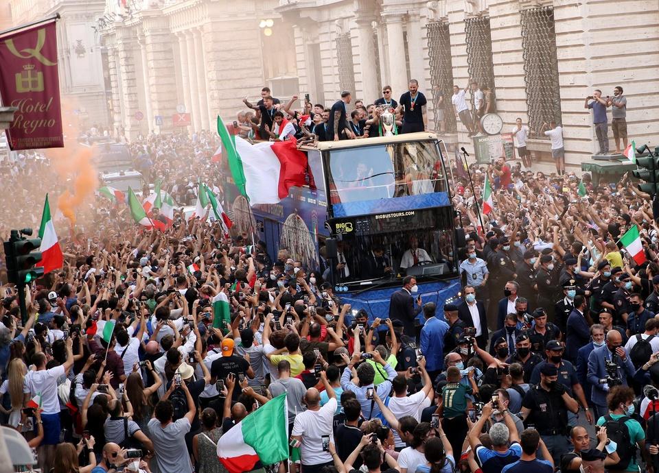 Tuyển Ý mừng công hoành tráng sau chức vô địch EURO 2020 - Bóng Đá