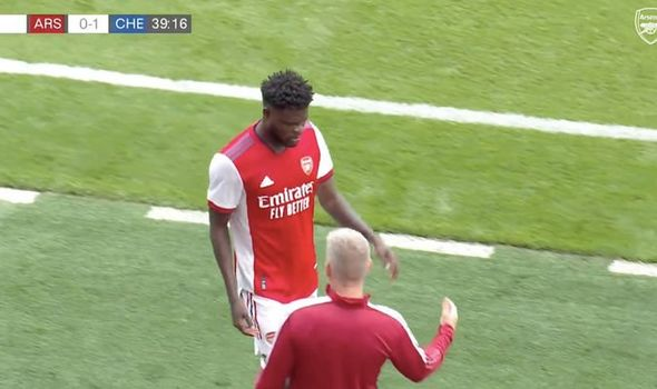 Thomas Partey suffers injury during Arsenal vs Chelsea clash - 'Might be ankle ligaments' - Bóng Đá