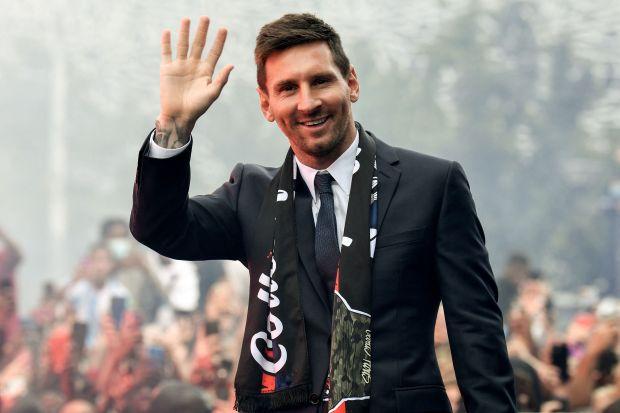 CĐV PSG đốt pháo áo, quậy tưng bừng chào đón Messi - Bóng Đá