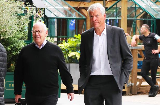 Solskjaer và BLĐ M.U bất ngờ có cuộc họp với Sir Alex và cựu CEO - Bóng Đá
