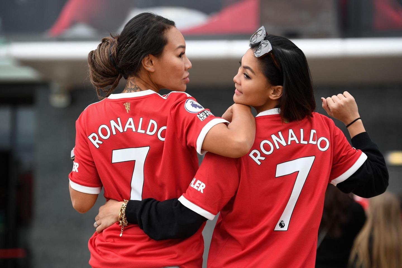 CĐV M.U mở hội chào đón Ronaldo ở SVĐ Old Trafford - Bóng Đá