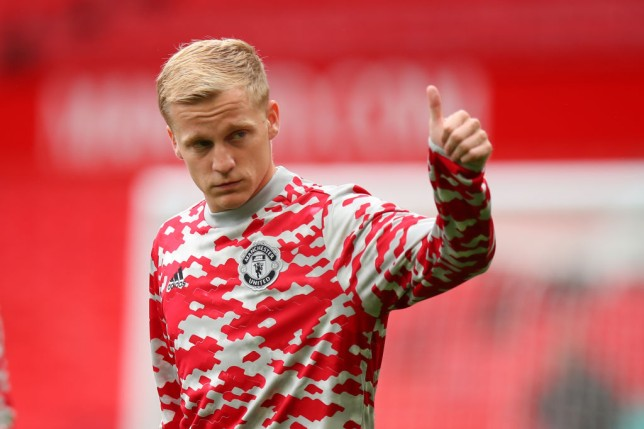 Dimitar Berbatov expects Manchester United to sell 'lost' Donny van de Beek and dismisses calls to sack Ole Gunnar Solskjaer - Bóng Đá