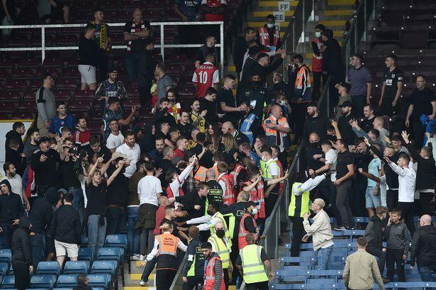 Choáng! CĐV Arsenal và Burnley đấm nhau trên khán đài - Bóng Đá