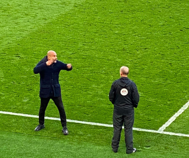 Furious Pep Guardiola in heated exchange with Mike Dean after Liverpool controversy - Bóng Đá