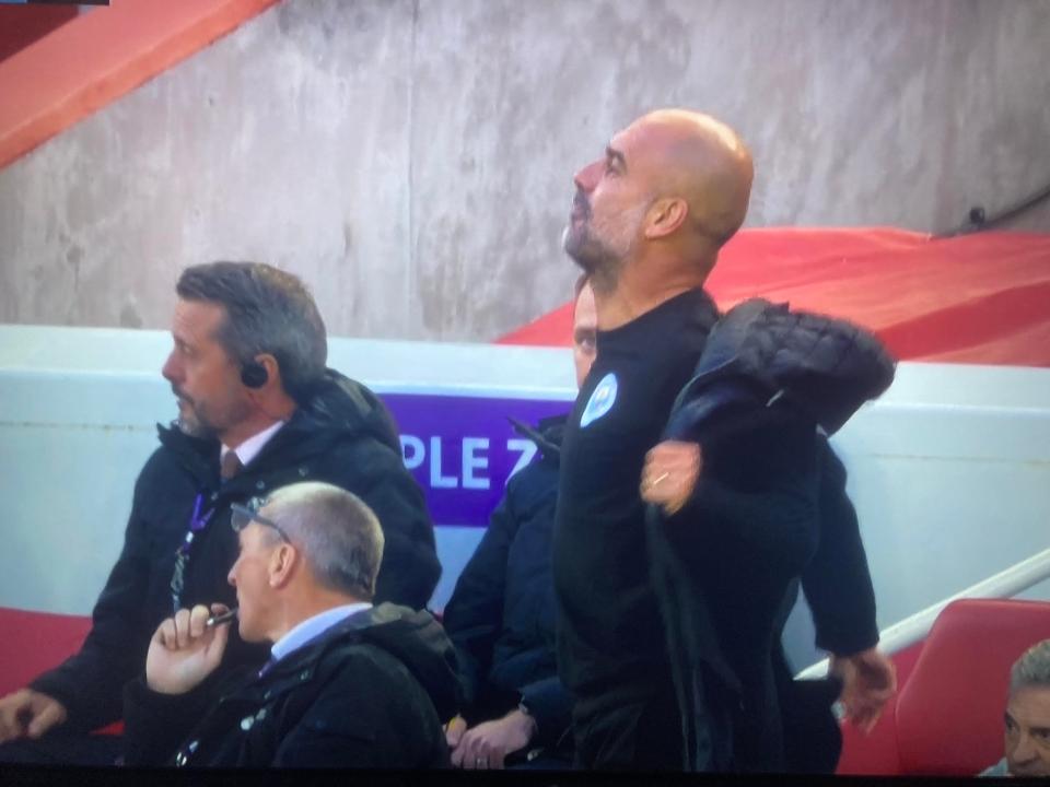 Guardiola nổi nóng, cởi phăng áo trước mặt trọng tài - Bóng Đá