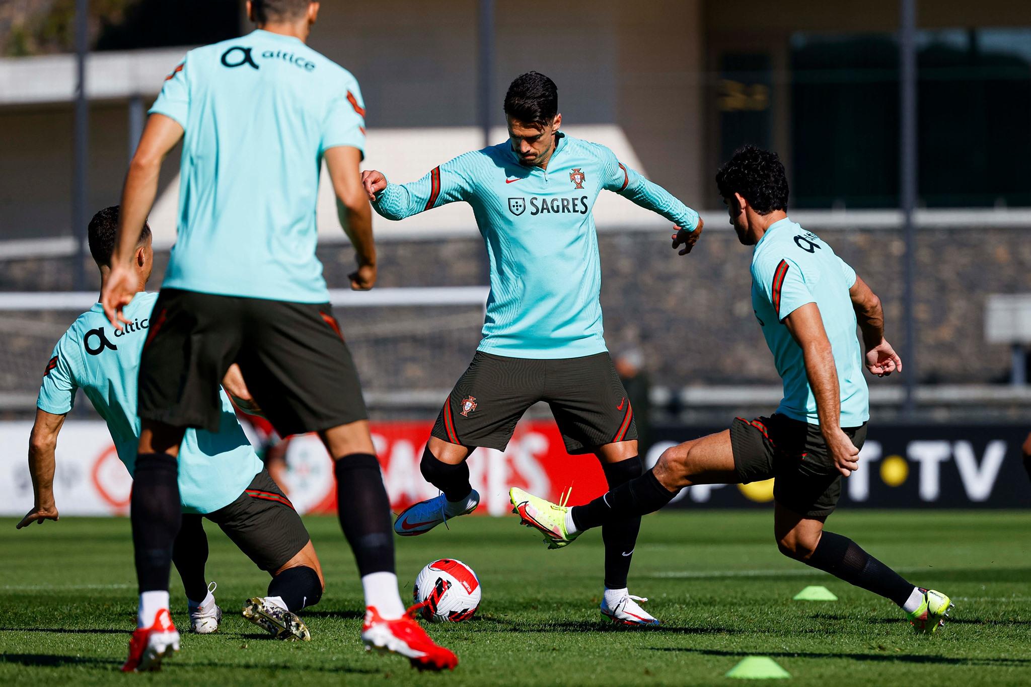 Ronaldo và Fernandes so tài trên sân tập Bồ Đào Nha - Bóng Đá