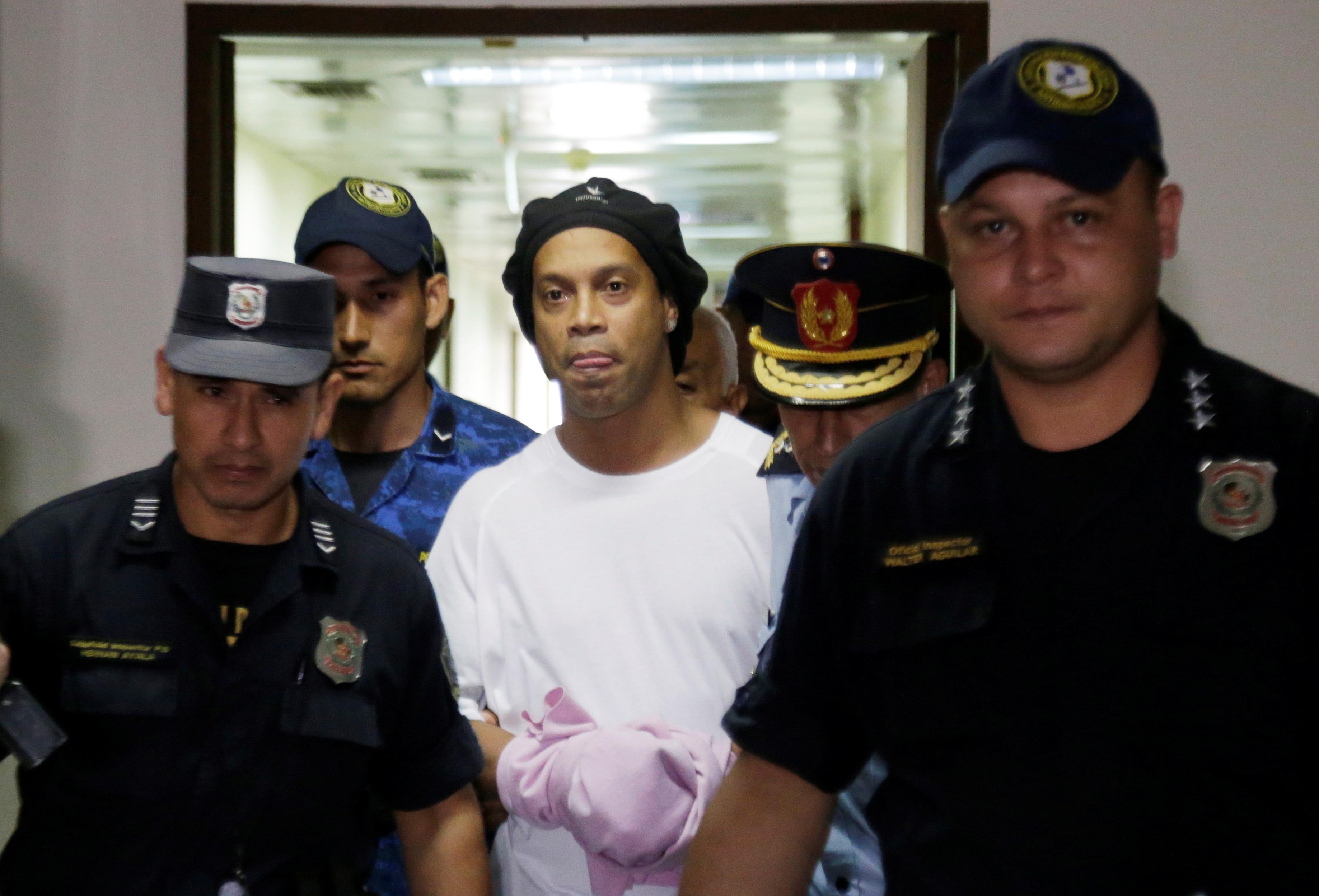 Vì COVID-19, Ronaldinho nhận thêm tin không vui trong nhà tù Paraguay - Bóng Đá