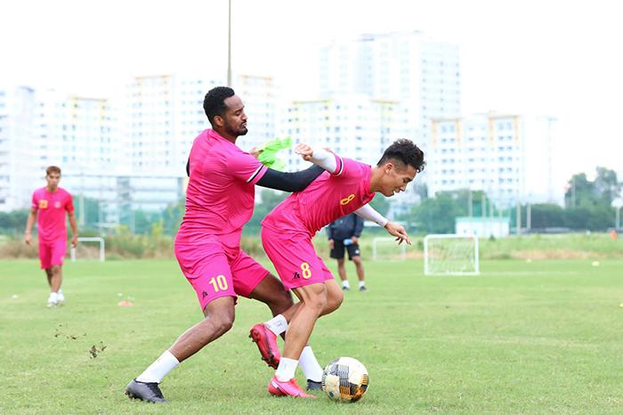 Đội đầu bảng V-League 2020 miệt mài tập luyện chờ ngày giải đấu trở lại - Bóng Đá