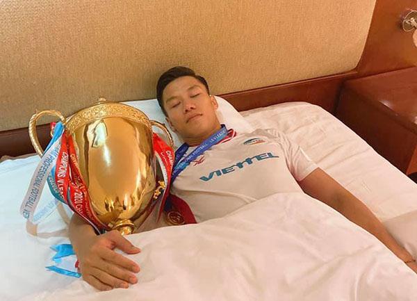 Ăn mừng danh hiệu V-League đầu tay, Quế Ngọc Hải học theo Lewandowski - Bóng Đá