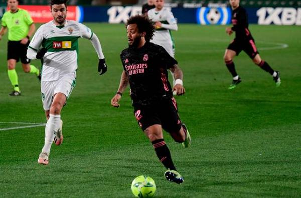 Real Madrid đánh rơi điểm trước Elche, CĐV đòi