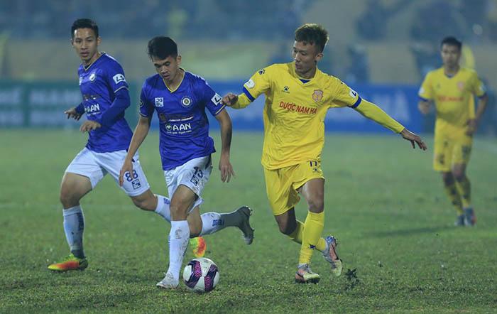Bị tố tự làm sân xấu trận tiếp Hà Nội, HLV Nam Định phản pháo đanh thép - Bóng Đá