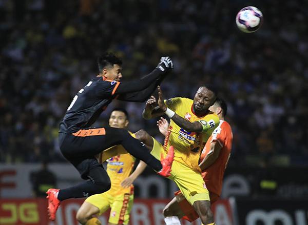 Vua dôi bom V-League bị phạt nặng sau hàng loạt hành vi phi thể thao - Bóng Đá