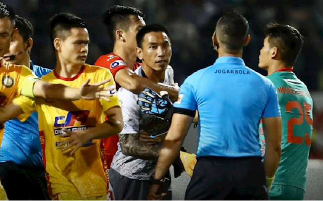 Cầu thủ TPHCM bị phạt, trọng tài vẫn đòi kiện ra luật sư - Bóng Đá