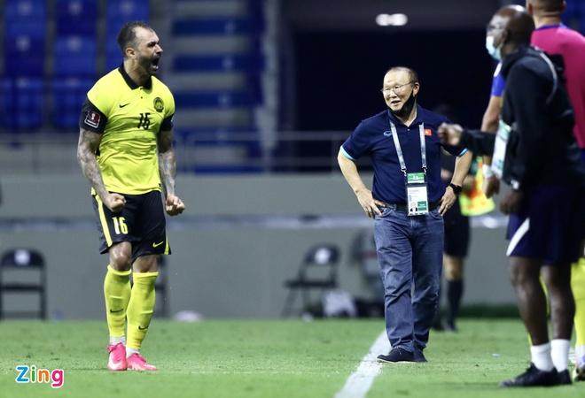 Phản ứng bất ngờ của thầy Park khi Malaysia ghi bàn từ chấm 11m - Bóng Đá
