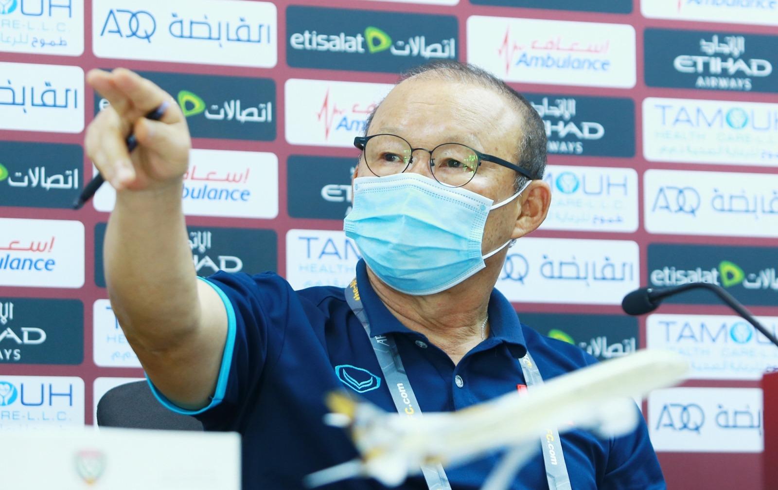 Thầy Park từ chối yêu cầu của BTC, nổi nóng với phóng viên UAE  - Bóng Đá
