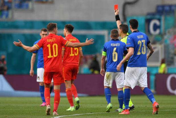 Nhận thẻ đỏ trực tiếp, sao mai Chelsea đi vào lịch sử EURO - Bóng Đá