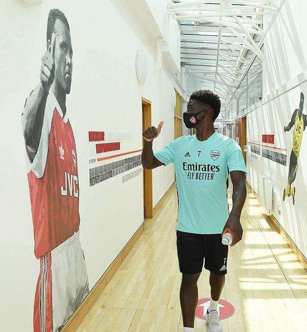 Saka rạng rỡ trong buổi tập đầu tiên khi trở lại Arsenal - Bóng Đá