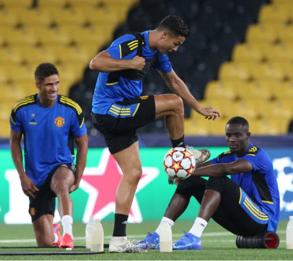 Ronaldo phô diễn kỹ thuật trong buổi tập làm quen sân của Man Utd - Bóng Đá