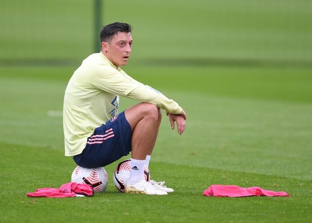 Mikel Arteta reacts to Mesut Ozil tweeting throughout Arsenal's win over Rapid Vienna - Bóng Đá