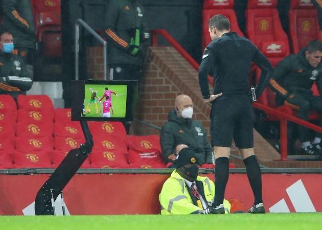 'It's a disgraceful decision': Rio Ferdinand SLAMS referee David Coote - Bóng Đá