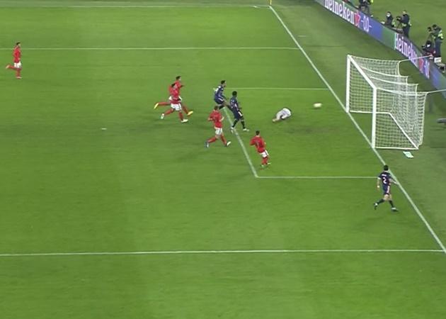 Điểm nhấn trận Benfica 1-1 Arsenal: 'Cạn lời' Aubameyang; Đối trọng của Bruno Fernandes - Bóng Đá