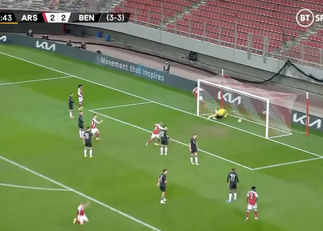Martin Ødegaard's reaction to Pierre-Emerick Aubameyang's winning goal against Benfica to send Arsenal through to the Europa League round of 16.  - Bóng Đá