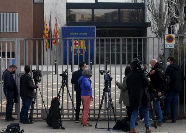 CHOÁNG! Rời Barca chưa lâu, 'kẻ ngán đường' Messi đã bị bắt giữ - Bóng Đá