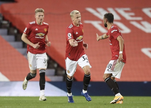 Donny van de Beek being overlooked by Manchester United teammates, says Bert van Marwijk - Bóng Đá