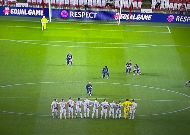 Lacazette went up close and personal and took a knee in front of the Slavia Prague players. Powerful. - Bóng Đá