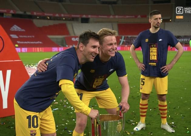 Đồng đội xếp hàng để chụp ảnh cùng Messi - Bóng Đá