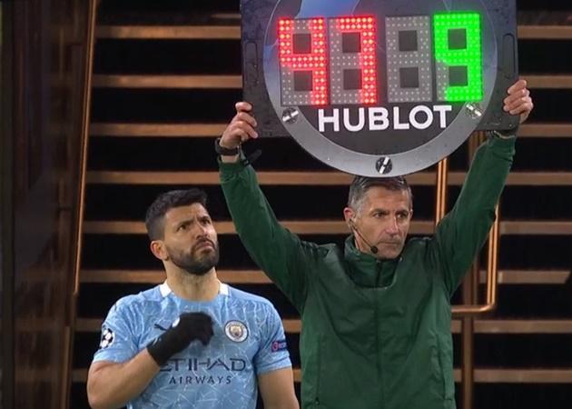 Trọng tài giơ bảng nhầm số áo của Aguero - Bóng Đá