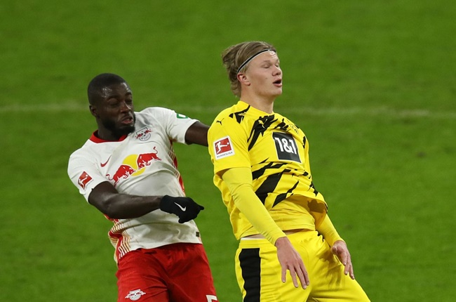 Haaland đầy uy lực, làm tân binh Bayern ngã sõng soài rồi ghi bàn - Bóng Đá