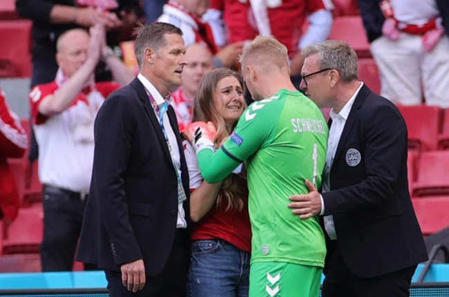 Emotional Kasper Schmeichel told Christian Eriksen's distraught wife Sabrina 'he breathes' when she rushed on to pitch - Bóng Đá