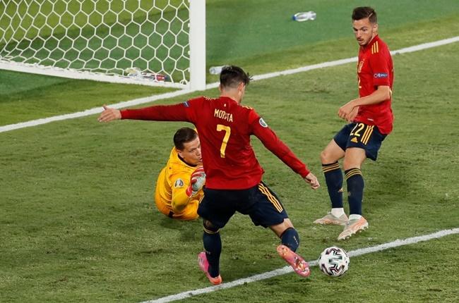Người cũ Arsenal phì phèo thuốc lá trước giờ đấu Tây Ban Nha - Bóng Đá