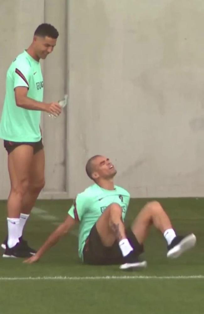 Ronaldo hóa trẻ con, Pepe chỉ còn biết cười trừ - Bóng Đá