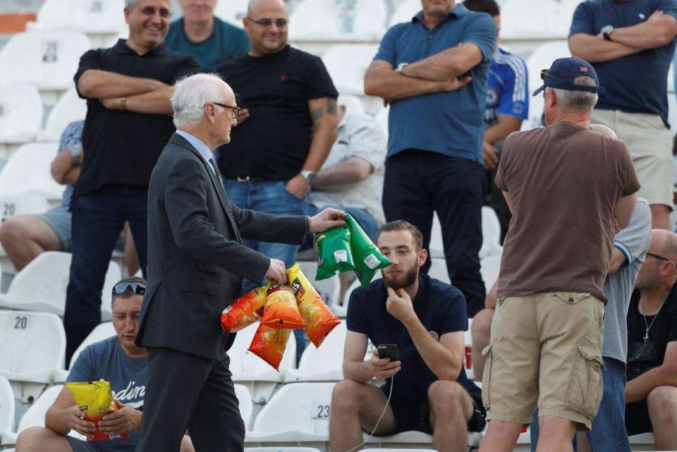 Chủ tịch Chelsea tặng snack cho fan - Bóng Đá