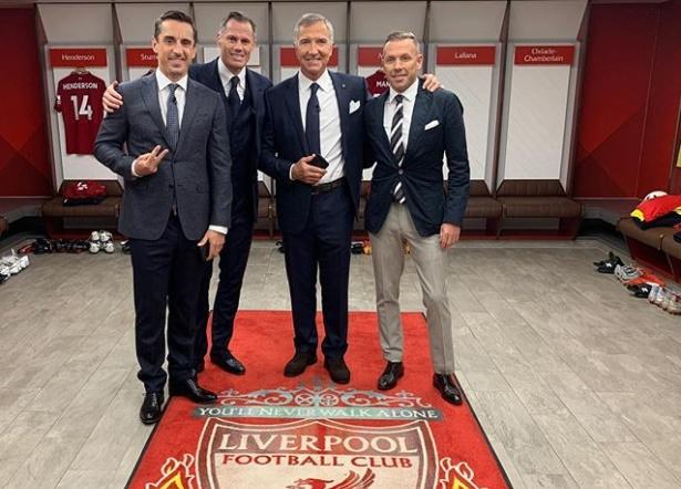 Gary Neville ra dấu tay chữ v trong phòng thay đồ Liverpool - Bóng Đá