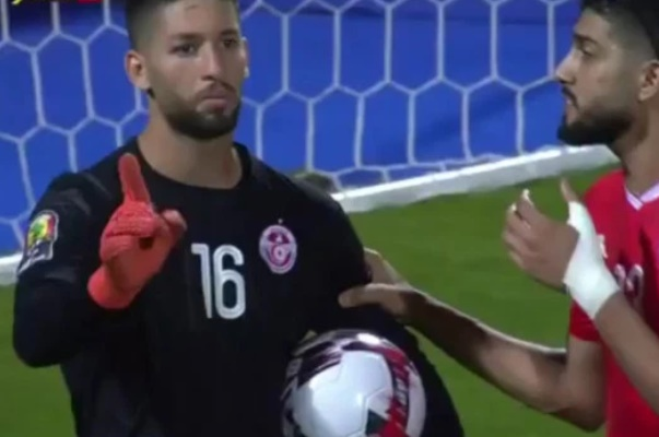 Watch Tunisia keeper 'do a Kepa' by refusing to be subbed during AFCON 2019 win over Ghana - Bóng Đá