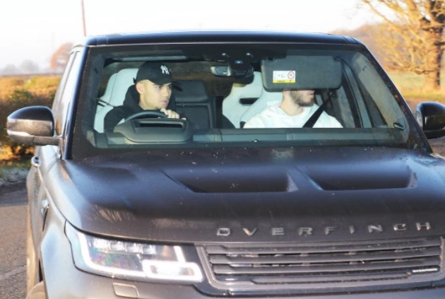 Lingard wraps up warm and Mata joined by wife as Man Utd stars make final preparations for Aston Villa clash - Bóng Đá