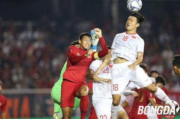 Ảnh Thành Chung chỉ tay dằn mặt Osvaldo Haay - Bóng Đá