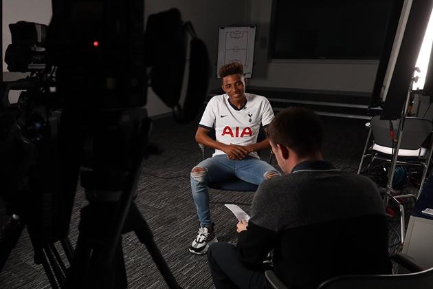Ảnh Fernandes ký hợp đồng Tottenham - Bóng Đá