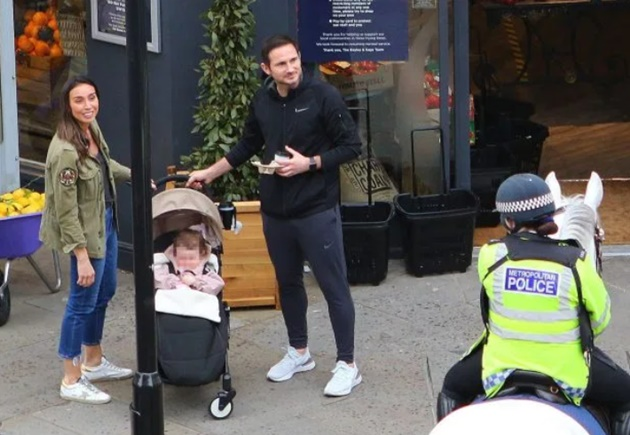 Chelsea boss Frank Lampard and wife Christine chat to mounted police as they take stroll with daughter Patricia - Bóng Đá