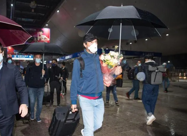 Wuhan football team finally returns to centre of coronavirus outbreak after three months as they're greeted by fans - Bóng Đá