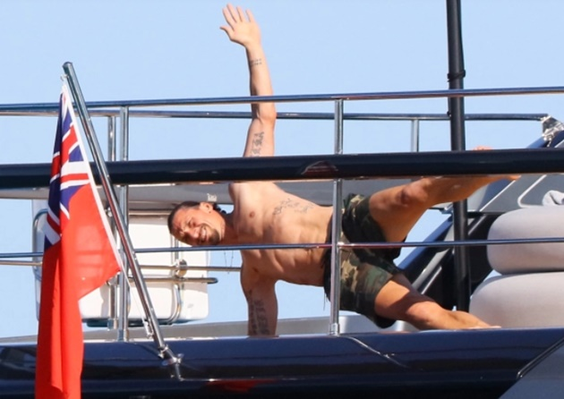 Zlatan Ibrahimovic keeps himself fit with yacht workout amid Leeds transfer talk as wife Helena Seger tops up tan - Bóng Đá
