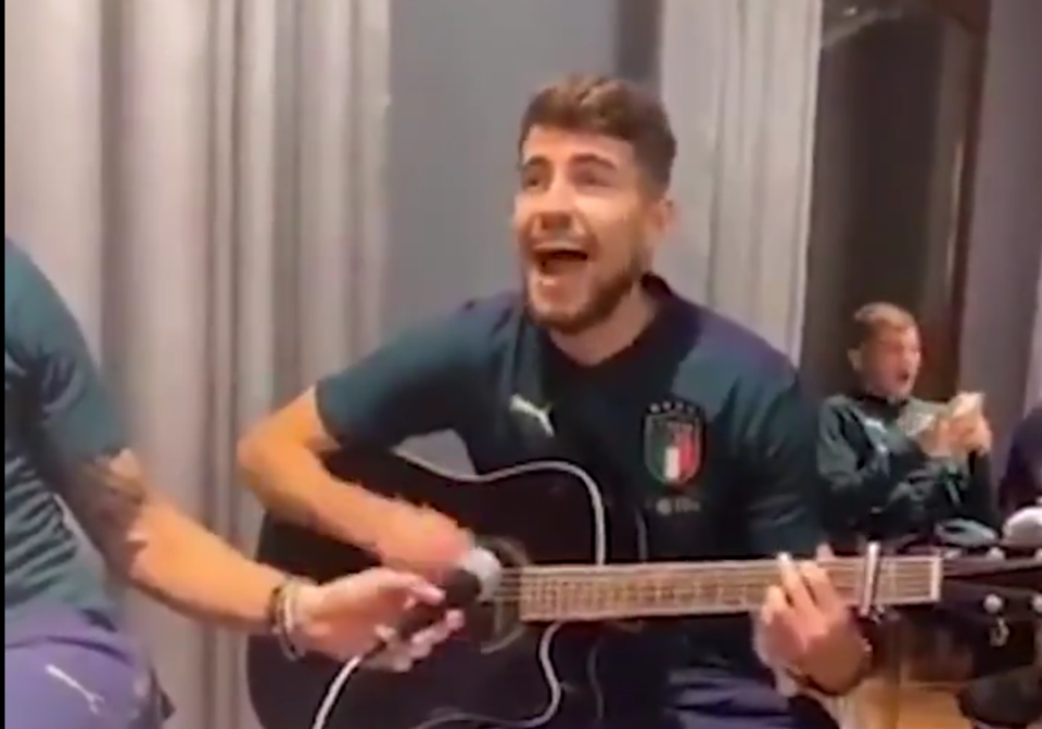 Trở về tuyển Ý, sao Chelsea trổ tài đánh đàn guitar - Bóng Đá