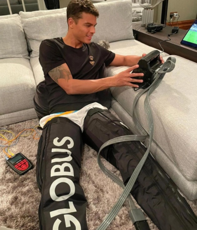 Thiago Silva watches Chelsea beat Krasnodar from home in leg recovery trousers… after family bowling trip on day off - Bóng Đá