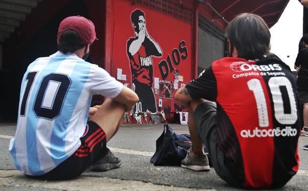 Fan hâm mộ thế giới đau buồn vì Maradona - Bóng Đá